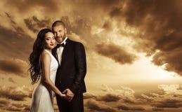 Rich Couple Portrait, Elegante Vrouwenkleding en Man Kostuummanier royalty-vrije stock afbeelding