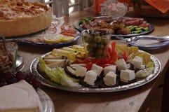 Rich Decorated Buffet Food Table med olika plattor Arkivfoto