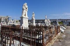 Rich dekorerade graven på den Roman Catholic Cementerio la Reina kyrkogården i Cienfuegos, Kuba Fotografering för Bildbyråer