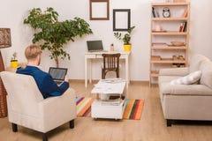 Rich European-Geschäftsmann, der zu Hause arbeitet Lizenzfreies Stockbild