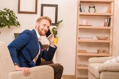 Rich European-Geschäftsmann unter Verwendung des Mobil- oder intelligenten Telefons Lizenzfreie Stockbilder