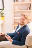 Rich European-Geschäftsmann unter Verwendung des Mobil- oder intelligenten Telefons Lizenzfreie Stockfotos