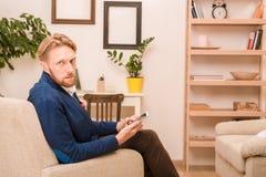 Rich European-Geschäftsmann unter Verwendung des Mobil- oder intelligenten Telefons Stockfoto