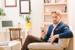 Rich European-Geschäftsmann unter Verwendung des Mobil- oder intelligenten Telefons Stockfotos