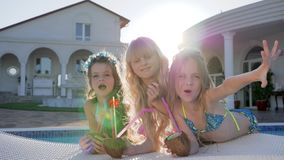 Rich Girlfriends på sommarferier på villan, vilar i poolsiden av barn av rika föräldrar, ferie av ungar av kändisen arkivfilmer