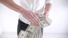 Rich Man die geld op een witte achtergrond werpen Langzame Motie stock footage