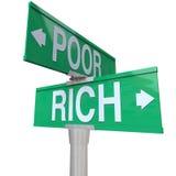 Rich Vs Poor Two Way-Straßen-Verkehrsschild-Armut-Reichtum Stockbilder