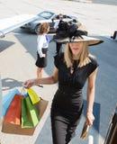 Rich Woman Carrying Shopping Bags mentre imbarcando Immagine Stock Libera da Diritti