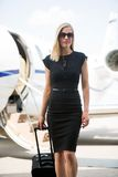 Rich Woman With Luggage Walking mot privat Arkivbilder