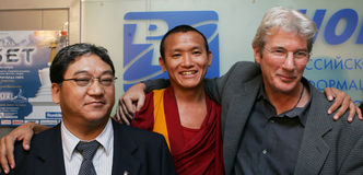 Richard Gere and Tibetans. Actor Richard Gere (right) poses to photographers with two Tibetans during Tibet Festival in Moscow on October 26, 2004 Royalty Free Stock Photos