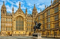 Richard I standbeeld buiten Paleis van Westminster, Londen stock afbeelding