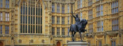 Richard I staty utanför slott av Westminster, hus av parlamentet london uk Royaltyfria Bilder
