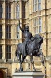 Richard Lionheart konung av den England statyn framme av Westminste Arkivfoto