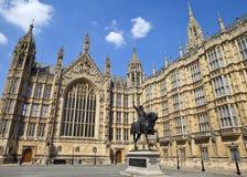 Richard Lionhearten och husen av parlamentet Royaltyfria Bilder