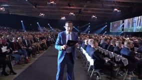 Richard Quest - il corrispondente di affari di CNN parla prima del pubblico enorme video d archivio