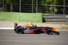 Richard Verschoor kör en formel Renault 2 0 på Monza Arkivbilder