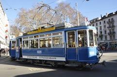 Riche-ville de ¼ de ZÃ : Un tram d'oldtimer courbe autour du tra de Stadelhofen photographie stock libre de droits