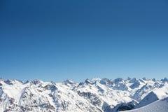 Richel in de winter zonnige dag De Piekmening van het Elbruswesten De toevlucht van de Dombayski, de Westelijke Kaukasus, Rusland stock foto's