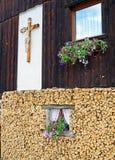 Richel van een venster dat door bloemen wordt omringd royalty-vrije stock foto's