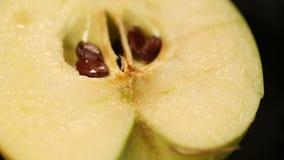 Riches juteux Mouthwatering de pomme en fer et vitamines, nourriture saine de nutrition banque de vidéos