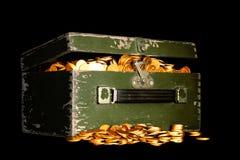 Richesse, pièces d'or dans un coffre Photographie stock libre de droits