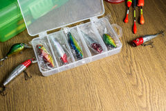 Richiami variopinti di pesca sulla scatola di plastica immagini stock libere da diritti