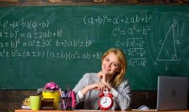 Richieda il vostro tempo insegnante con la sveglia alla lavagna Tempo Studio e istruzione Banco moderno Giorno di conoscenza scuo immagine stock