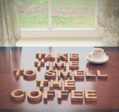 Richieda tempo odorare il caffè fotografia stock