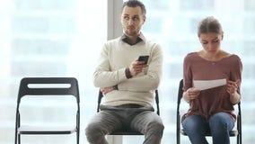 Richiedenti nervosi che aspettano intervista di lavoro stock footage