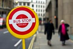 Richiesta della fermata dell'autobus Fotografia Stock Libera da Diritti