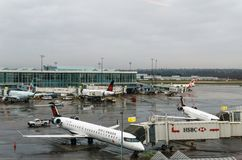 RICHMOND, CANADÁ - 8 de dezembro de 2018: Vida ocupada em aviões e em carga do aeroporto internacional de Vancôver imagem de stock royalty free