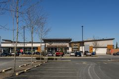 RICHMOND, CANADÁ - 4 de março de 2019: Lugar de estacionamento perto do restaurante branco do ponto fotos de stock