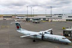 RICHMOND, CANADÁ - 14 de setembro de 2018: Vida ocupada em aviões e em carga do aeroporto internacional de Vancôver fotografia de stock