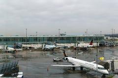 RICHMOND, CANADA - December 8, 2018: Het bezige leven bij Internationale de Luchthavenvliegtuigen en lading van Vancouver stock afbeeldingen