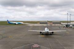 RICHMOND, CANADA - September 14, 2018: Het bezige leven bij Internationale de Luchthavenvliegtuigen en lading van Vancouver royalty-vrije stock afbeelding