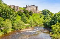 Richmond Castle und der Fluss Swale stockfotografie