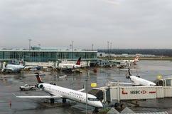 RICHMOND KANADA - December 8, 2018: Upptaget liv på flygplan och last Vancouver för internationell flygplats royaltyfri bild