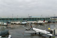RICHMOND KANADA, Grudzień, - 8, 2018: Ruchliwie życie przy Vancouver lotniska międzynarodowego ładunkiem i samolotem obrazy stock