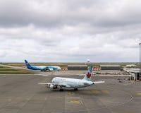 RICHMOND, KANADA - 14. September 2018: Beschäftigtes Leben an den Flugzeugen und an der Fracht internationalen Flughafens Vancouv lizenzfreies stockbild