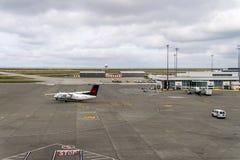 RICHMOND KANADA, Wrzesień, - 14, 2018: Ruchliwie życie przy Vancouver lotniska międzynarodowego ładunkiem i samolotem zdjęcia royalty free