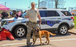 Richmond, KY US - 31. März 2018 - Ostern Eggstravaganza ein Offizier K9 zeigt Hunde- Techniken und Schulungsübungen lizenzfreie stockfotografie