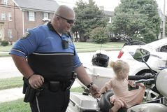 Richmond, KY USA - 9 septembre 2017 - le dirigeant de moto du Fest A de l'enfant tient d'une petite la main fille images stock