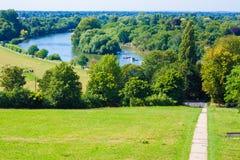 Richmond parkerar och Thames River arkivbild