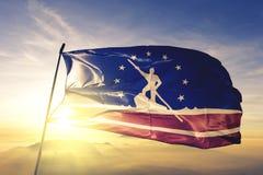 Richmond-Stadthauptstadt von Virginia des Flaggentextilstoffgewebes Vereinigter Staaten, das auf den Spitzensonnenaufgangnebelneb lizenzfreie stockfotografie