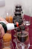 Richten die - de wijn uitgiet Stock Foto's