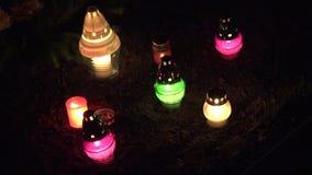 Richten Sie Änderung der bunten Kerze auf ernsten Boden in der Dunkelheit 4K stock footage