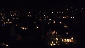 Richten Sie Änderung viel brennende Kerze auf Grab in der Kirchhofdunkelheit 4K stock footage