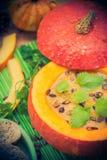 Richten Sie gediente hohle Fruchtweinlese Halloween-Kürbises Suppe an Lizenzfreies Stockfoto