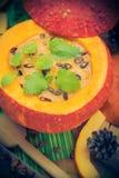 Richten Sie gediente hohle Fruchtweinlese Halloween-Kürbises Suppe an Lizenzfreie Stockfotografie
