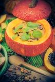 Richten Sie gediente hohle Fruchtweinlese Halloween-Kürbises Suppe an Stockfoto